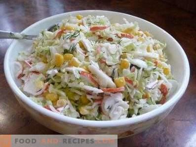 Salades met kool en krabstokken
