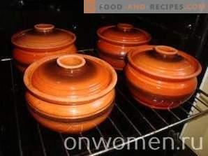 Viande avec pommes de terre et champignons dans des pots au four