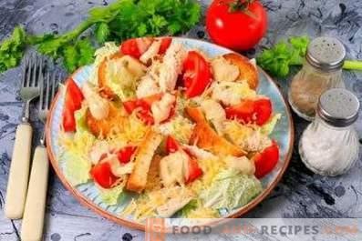 Cēzara salāti ar vistu, ķīniešu kāpostiem, krekeriem un tomātiem