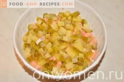 Gelaagde salade met zalm en rijst